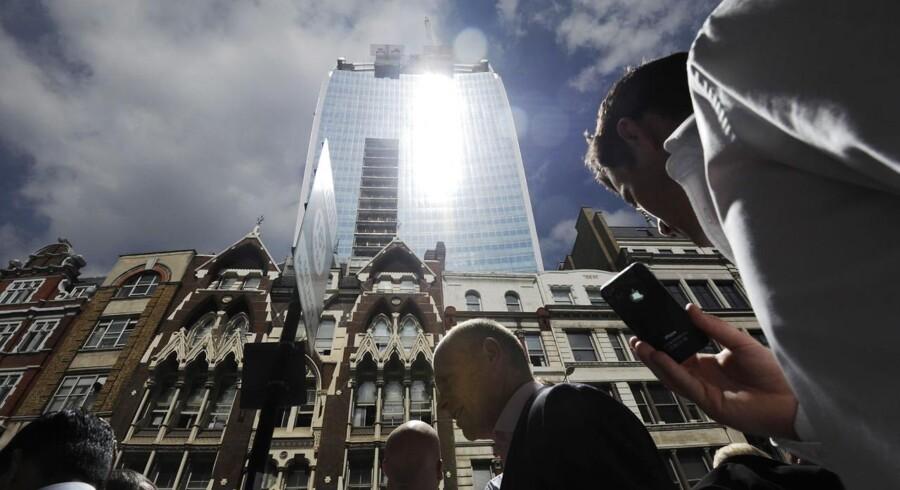 Bygningerne ligger tæt og grundprisen er høj i London. Det får velhavere til at bygge nedad.