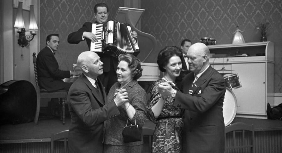 1960. På færgen Malmöhus (København - Malmø) danses der til levende musik.