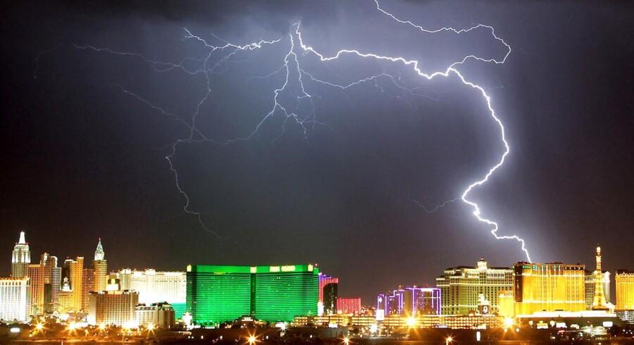 Stor det til Sheldon Adelson, der er en af USA rigeste mænd og ejer af en lang række aktiver i spillebyen Las Vegas, så skal europæerne snart også have mulighed for at give den gas ved hasardbordene. Her et billede af et stormvejr over den orginale Las Vegas.
