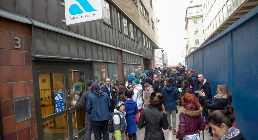 Der var mere end almindeligt travlt foran Arbejdsformidlingen i Stockholm onsdag middag.