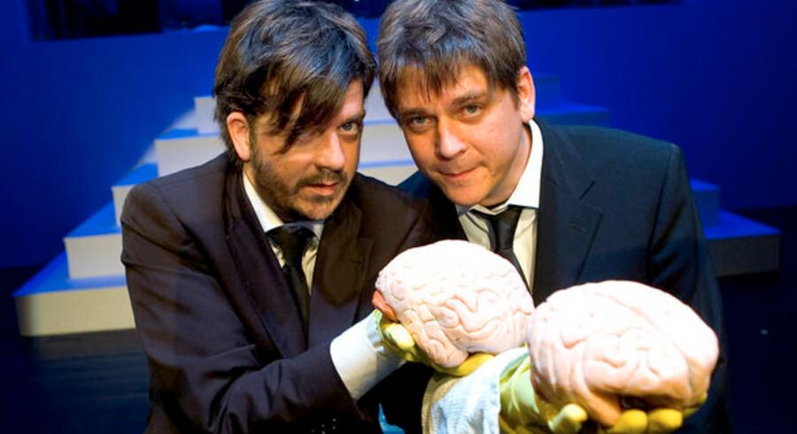 Vores hjerner reagerer for sent til at komme finanskriser i forkøbet, siger hjerneforsker Peter Lund Madsen, som sammen med sin bror Anders Lund Madsen er i færd med at forberede sit tredje show om, hvordan menneskehjernen fungerer. Det er Peter Lund Madsen øverst til højre.