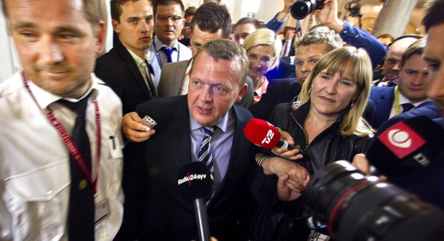 Lars Løkke Rasmussens (V) tøjsag og pauvre europaparlamentsvalg har nemlig fået statsminister Helle Thorning-Schmidt (S) til at hæve hånden over valgknappen og gøre antræk til at lade klør fem falde, vurderer Berlingskes politiske kommentator, Thomas Larsen.