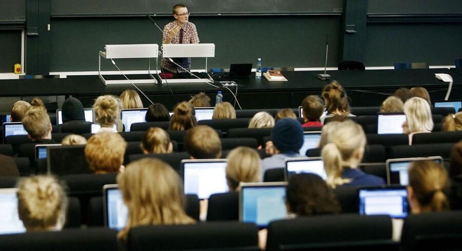 Er det for let at gennemføre en uddannelse på humaniora på Københavns Universitet? Det spørgsmål stiller en nyuddannet bachelor, der ifølge ham selv kun har brugt tre dage på sin afsluttende opgave. Her er det en forelæsning i dansk på Københavns Universitet Amager.