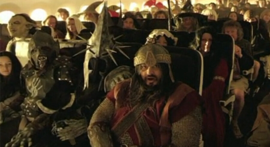 Med i videoen, som instruktøren bag filmene, Sir Peter Jackson, har instrueret og også selv medvirker i, er både hobbitter, alfer og orker for ikke at tale om det lille, spidsnæsede og -ørede væsen, Gollum. Se videoen nederst i artiklen.
