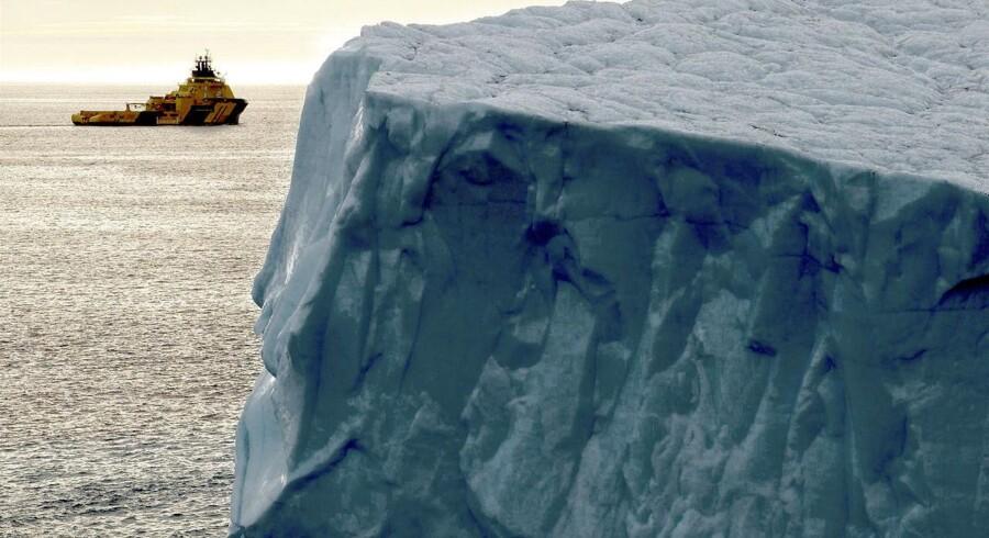 En af udfordringerne ved olieboringer i Arktis er isbjerge, som mandskabet på slæbebåde holder øje med og skubber væk, hvis de kommer lidt for tæt på.