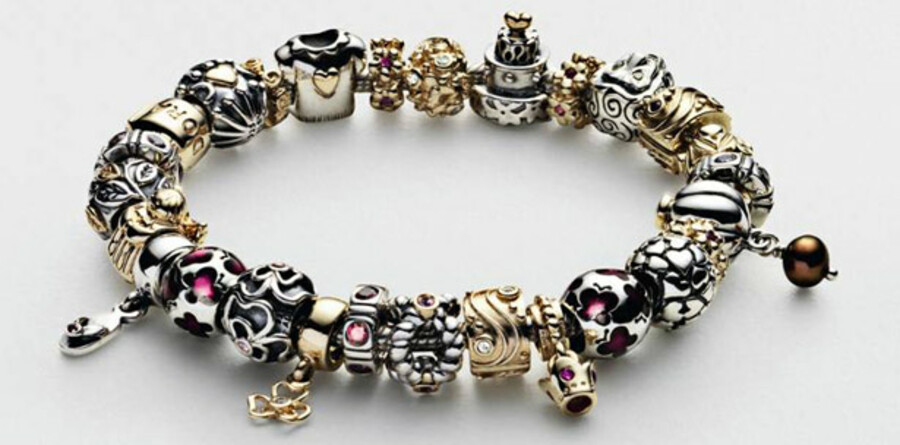 Smykkefamilien Enevoldsen sælger nu 60 procent af livsværket Pandora fra til kapitalfonden Axcel.