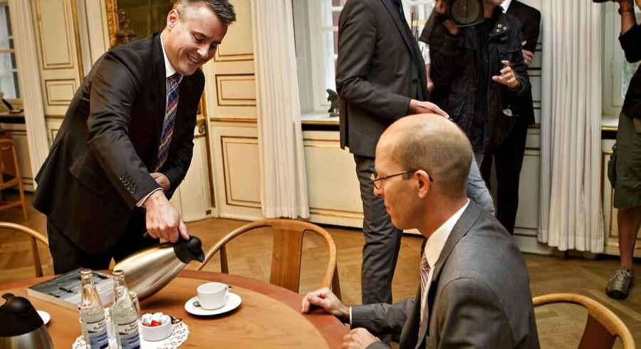 Erhvervs- og vækstminister Henrik Sass Larsen kvitterer for Rangvid-udvalgets rapport med en kop kaffe til professor Jesper Rangvid.