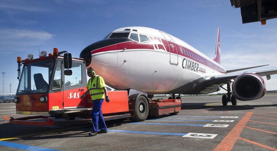 Da Cimber Sterling krakkede forsvandt en stor del af indenrigskapaciteten i Danmark. Her ses et Cimber-fly, der bugseres væk efter konkursen 3. maj.