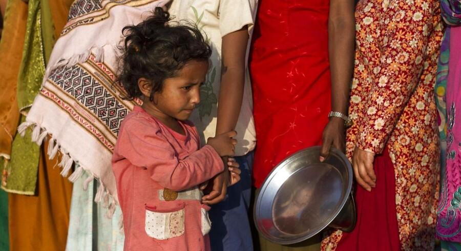 Køen til nødhjælpsrationer er lang i Nepals hovedstad, Kathmandu, efter nu to voldsomme jordskælv inden for få uger.
