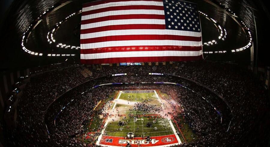 Finalen i amerikansk fodbold, Super Bowl, vurderes at have en kommerciel værdi på tæt ved 3 mia. kr. Billedet er taget umiddelbart efter kampen bliver fløjtet af, og Baltimore Ravens sikre sig »The Vince Lombardi Trophy« med en sejr på 34-31 over San Francisco 49'ers.