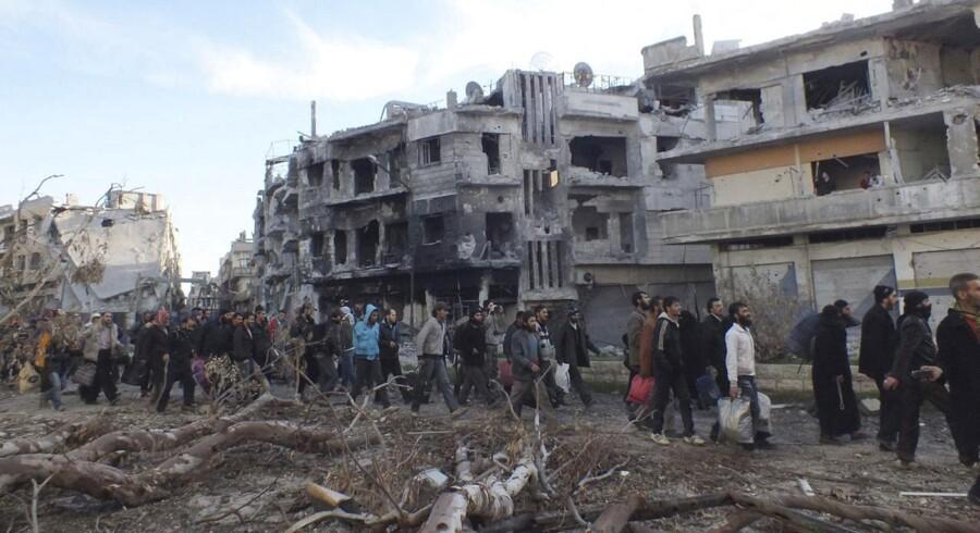 Siden fredag er det lykkedes at evakuere flere hundrede indbyggere fra den del af Homs, der har været under belejring siden sommeren 2012. Fredsforhandlingerne i Schweiz fortsætter under pres.