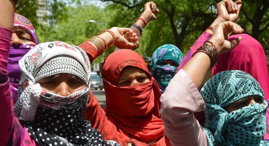 ARKIVFOTO. To indiske piger er blevet massevoldtaget og hængt i et træ. Det formodes, at tre brødre står bag. På billedet fra april demonstrerer indbyggere i Delhi mod regeringen og mod voldtægter af piger fra lavere kaster.