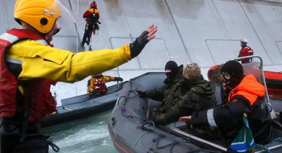 Den russiske kystvagt slog hårdt ned på de Greenpeace-aktivister, der ville protestere over olieboringer i Arktis.