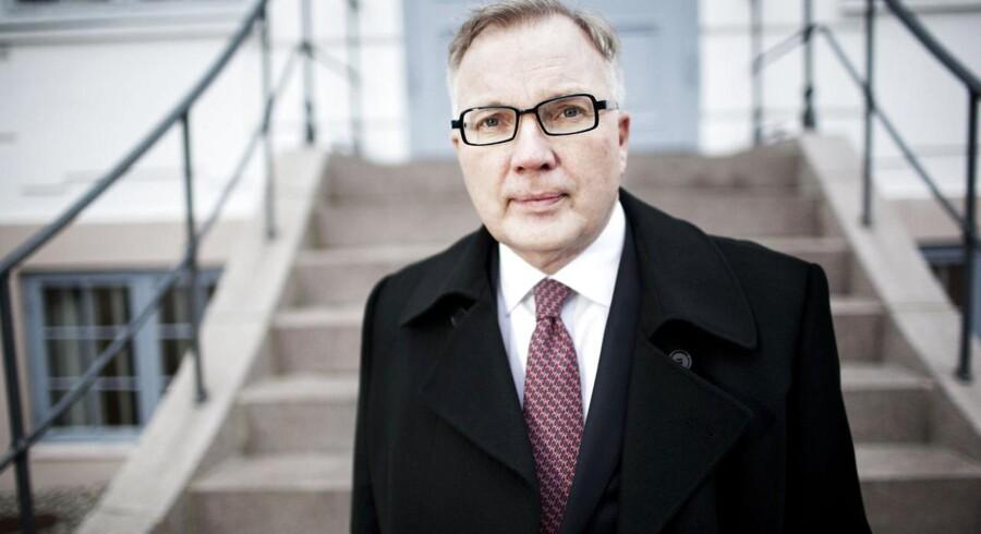 Fritz Schur ved hans hus i Klampenborg, hvor han holder fester, der er kendt vidt og bredt i de pænere kredse.