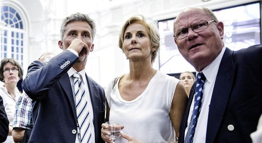 Morten Løkkegaard og Jess Myrthu (th) kigger på valgresultater på valgaftenen