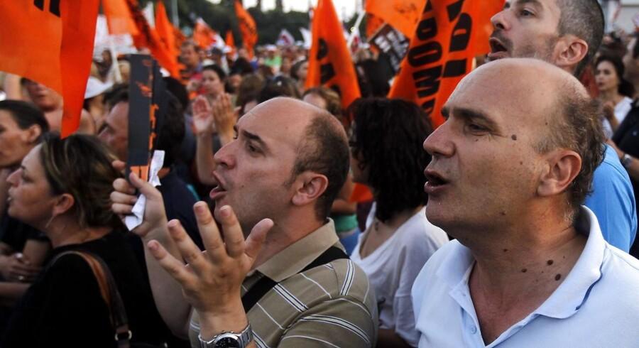 Spareplanerne i Grækenland har gentagende gange udløst demonstrationer - her i Athen 17. juli.