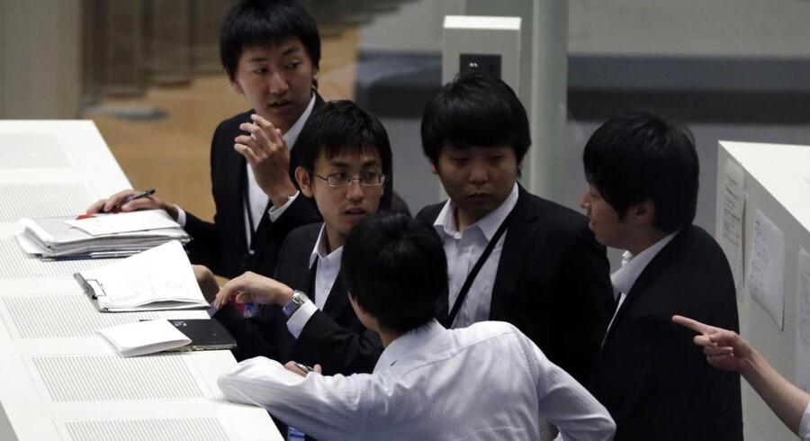 Ansatte på Tokyos fondsbørs skulle i nat reagere hurtigt på kraftigt faldende aktier.