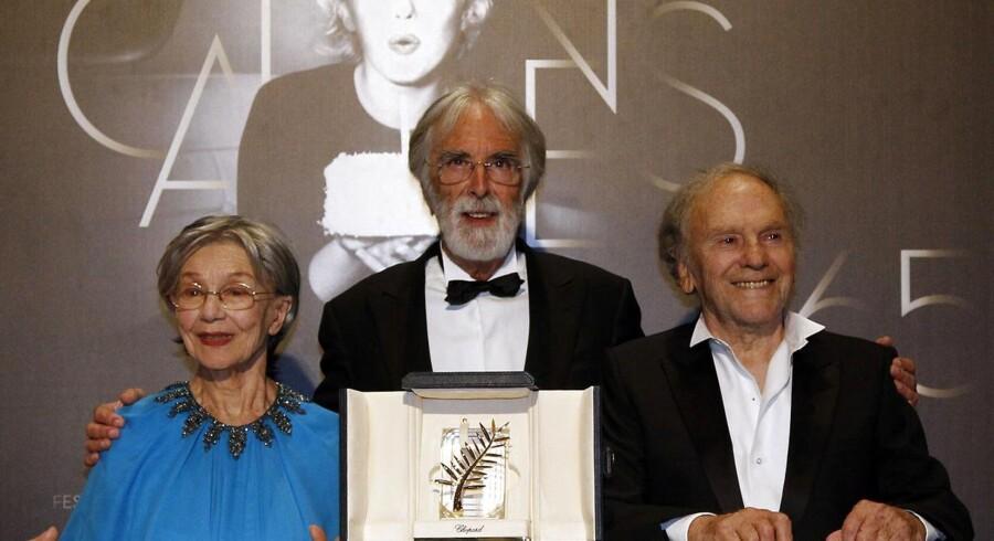 """Prisvinder Michael Haneke (i midten) med de to hovedrolleindehavere i filmen """"Amour"""""""