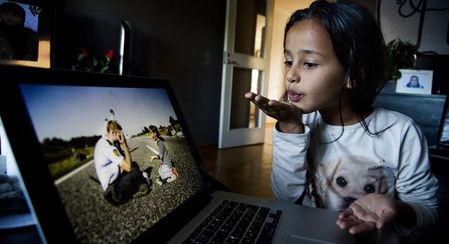 6-årige Noor Al-Saedi sender et fingerkys til betjenten som hun legede med på den sønderjyske motorvej. »Han er en god mand.«