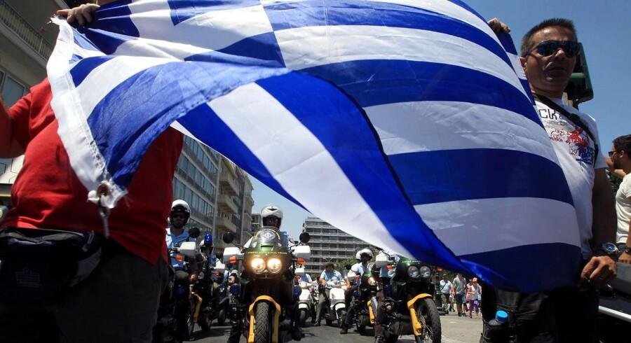 Grækenlands regering fortsætter nedskæringerne, og det har udløst endnu en udbetaling i den internationale hjælpepakke. Men på hjemmefronten giver besparelserne problemer for den græske regering. Her er det politifolk, der protesterer.