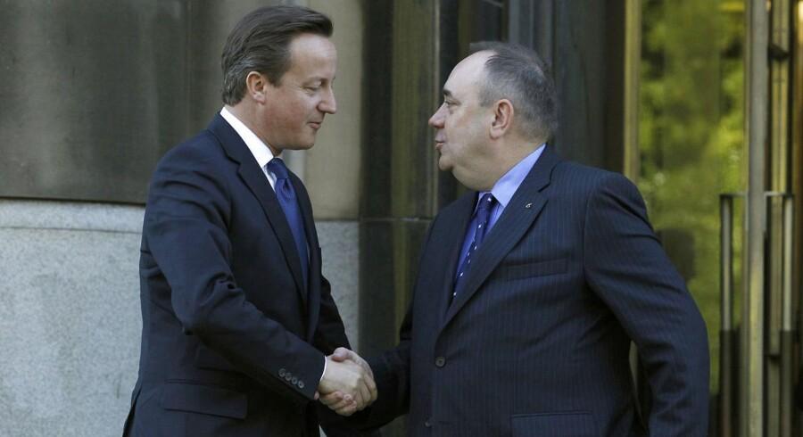 Storbritanniens premierminister, David Cameron (tv.), appellerer nu til skotterne om at stemme nej til Skotlands løsrivelse fra unionen, hvilket Skotlands førsteminister, Alex Salmond (th.), til gengæld taler for.
