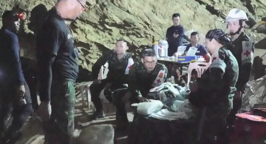 Tirsdag blev de sidste af de 12 drenge og deres træner reddet ud fra en oversvømmet grotte i det nordlige Thailand. Handout/Ritzau Scanpix