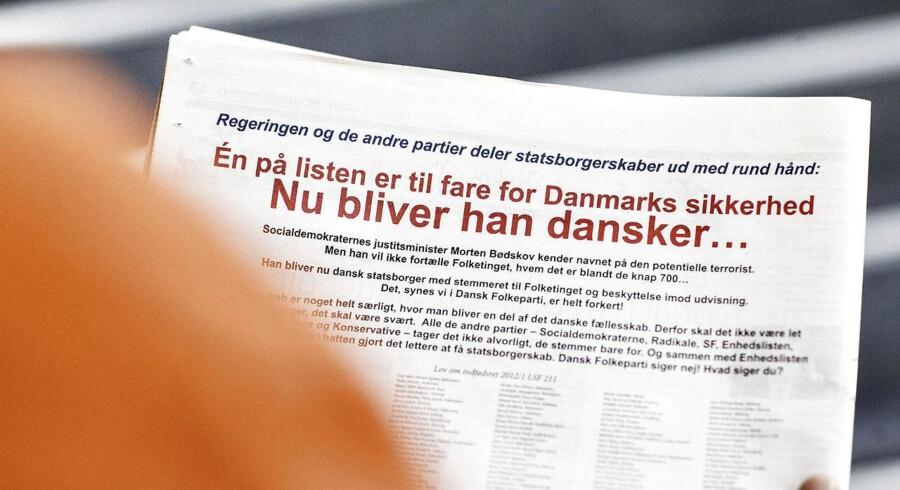 """I en kontroversiel annonce fra Dansk Folkeparti kan man i nogle af dagens aviser læse navnene på knap 700 personer, der står til at få dansk statsborgerskab. Én af personerne på listen har været overvåget af PET for """"bekymrende og mistænkelig"""" adfærd. Personen er hverken sigtet, tiltalt eller dømt."""