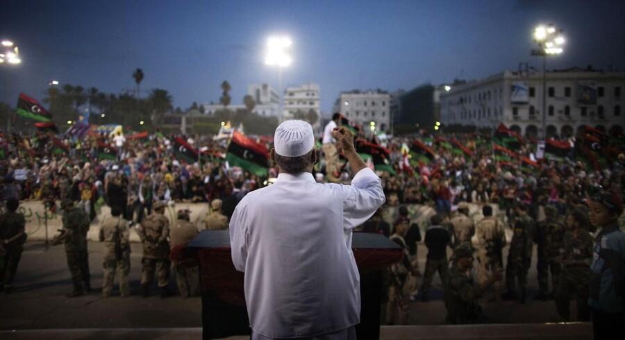 Libyen er frit! Budskabet og den endelige løsrivelse fra 42 år med Gaddafi-styre blev annonceret søndag. På billedet ses fejringen på Martyrpladsen i det centrale Tripoli.
