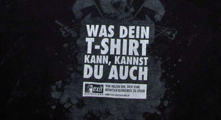 Nynazistiske rockfans blev snydt, da de fik uddelt fine, gratis T-shirts ved en nationalistisk rockfestival i det østlige Tyskland.