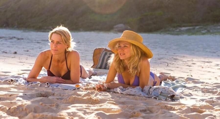 Robin Wright (tidligere Penn) og Naomi Watts gør hvad de kan i film, der minder om en lægeroman. PR-foto
