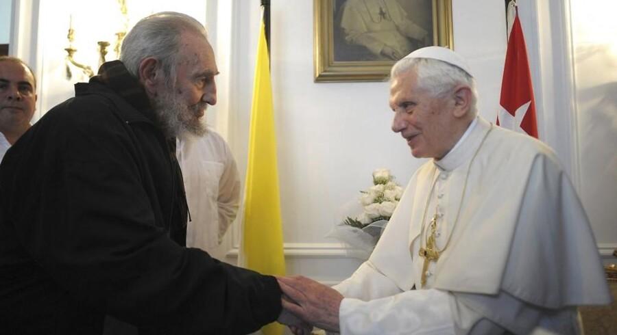 Det var et håndtryk, der emmede af historiens vingesus, da Cubas revolutionære ikon Fidel Castro og Pave Benedict XVI onsdag mødtes i Cubas hovedstad Havana.