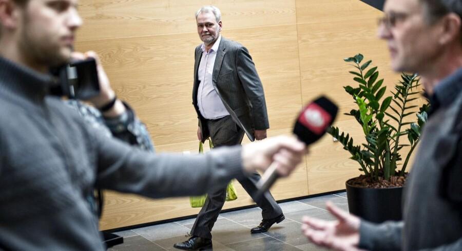 FOAs formand Dennis Kristensen (i baggrunden) er tæt på at kunne forlade forhandlingerne med KL efter at have indgået forlig om lønstigninger. I forgrunden ses Anders Bondo Christensen (th.), formand for KTO, blive interviewet.