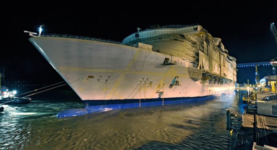 """""""Allure of the Seas"""" er færdig med at ligge i tørdok og ligger nu i vandet ved værftet i Turku i Finland."""