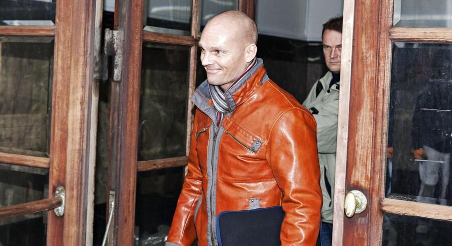 Stein BaggerFredag mødte den bedrageridømte Stein Bagger op i Københavns Byret, hvor en ny sag begynder mod ham. Han er igen på anklagebænken, hvor han er tiltalt for underslæb og for at have fungeret som direktør i et firma under sin afsoning, selvom han i 2009 fik en dom på syv års fængsel og samtidig blev frataget retten til både at drive og stifte en ny virksomhed. Det er i forbindelse med Stein Baggers praktikophold i flytte- og opbevaringsfirmaet Dansk-Selfstorage.dk, at han ifølge anklageren blandt andet skulle have videresolgt to leasede trucks, der var leaset hos Leasing Fyn Bank. Han var i praktik som led i sin udslusning fra fængslet.Sagen kører til og med den 29. november