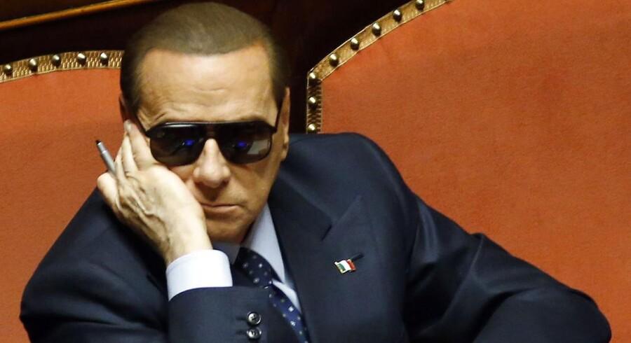 Berlusconi har nærmest dagligt truet med at vælte regeringen, hvis han ikke slipper med sit politiske liv i behold.