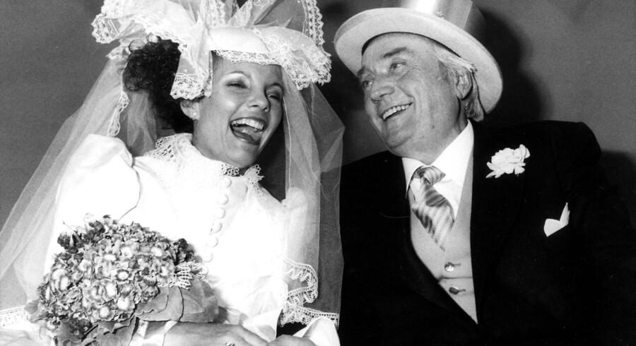 Danmark 1983: Mangemillionær og rejsekonge Simon Spies gifter sig med den unge Janni Brodersen. Det er nu tredive år siden. Klik videre og se billeder af brudekjolen fra dengang og billeder fra brylluppet.