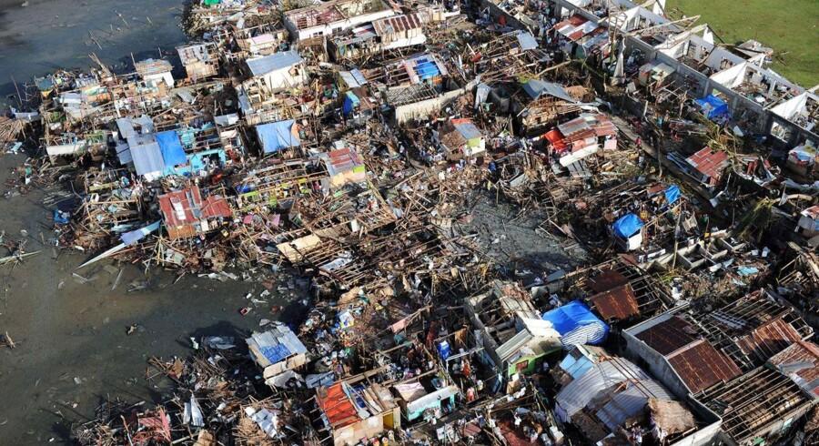 Ud over de, der har mistet livet, er 2.487 kvæstede, mens regeringen anslår, at 660.000 mennesker har mistet deres hjem, fortalte den amerikanske ambassadør i Filippinerne, Jose Lampe Cuisa Jr. tirsdag.