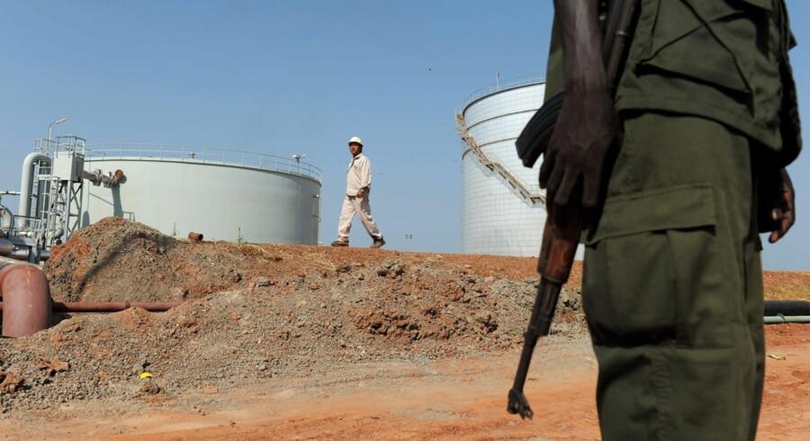 En soldat holder vagt ved et oliefelt i Sydsudan, hvor hæren og FNs fredsbevarende mission nu kan se frem til at modtage støtte fra 700 kinesiske kamptropper, som skal hjælpe med bestræbelserne på at skabe fred i landet, som siden nytår har været plaget af nye kampe mellem regeringstropper og oprørere. Tusinder har mistet livet, og 1,5 mio. mennesker er drevet på flugt. Og så besværliggør kampene i øvrigt Kinas adgang til den sydsudanske olie.