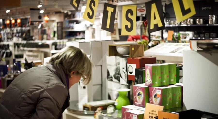 Isenkræmmerne holder udsalg på udsalg for at hive kunderne ind i butikken.