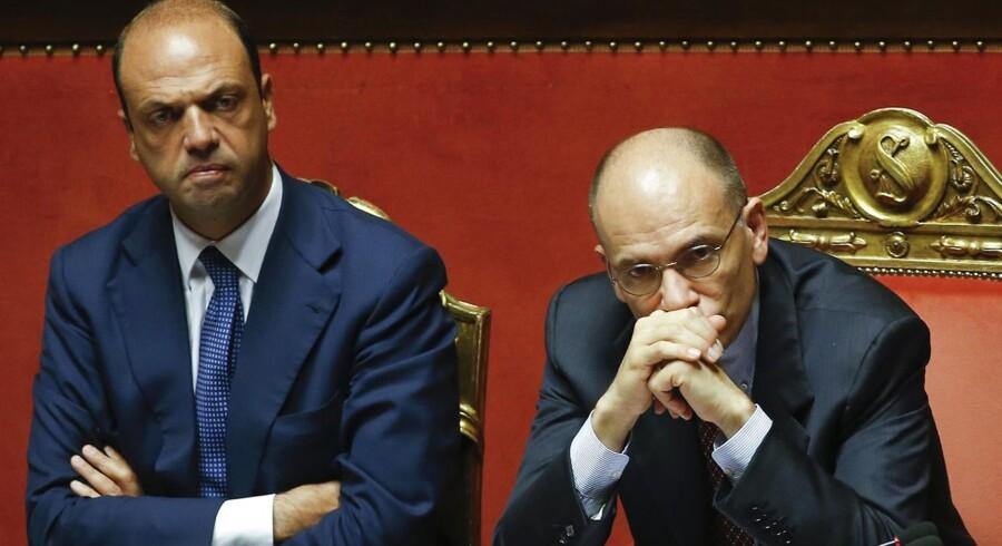 Italiens premierminister Enrico Letta (th) og indenrigsminister Angelino Alfano (tv) er under pres for at danne en ny regering efter Silvio Berlusconis ministres udtræden af koalitionsregeringen.