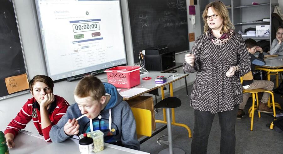 Lærer Lotte Kirkegaard i tysk-undevisning med en syvende-klasse på Katrinedalskolen i Svinninge.