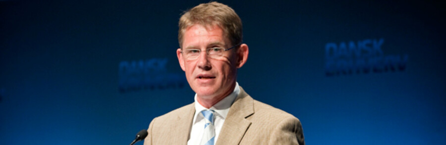 Novos topchef Lars Rebien Sørensen retter et skarpt angreb på Bagmandspolitiets måde at håndtere olie for mad-skandalen på.