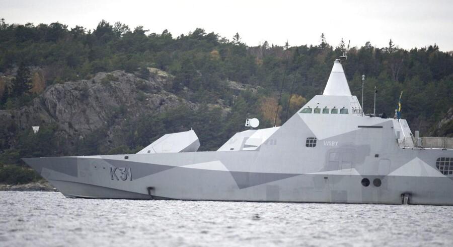 Den svenske HMS Visby er for femte dag med i jagten på det fremmede fartøj, som måske befinder sig i den svenske skærgård.