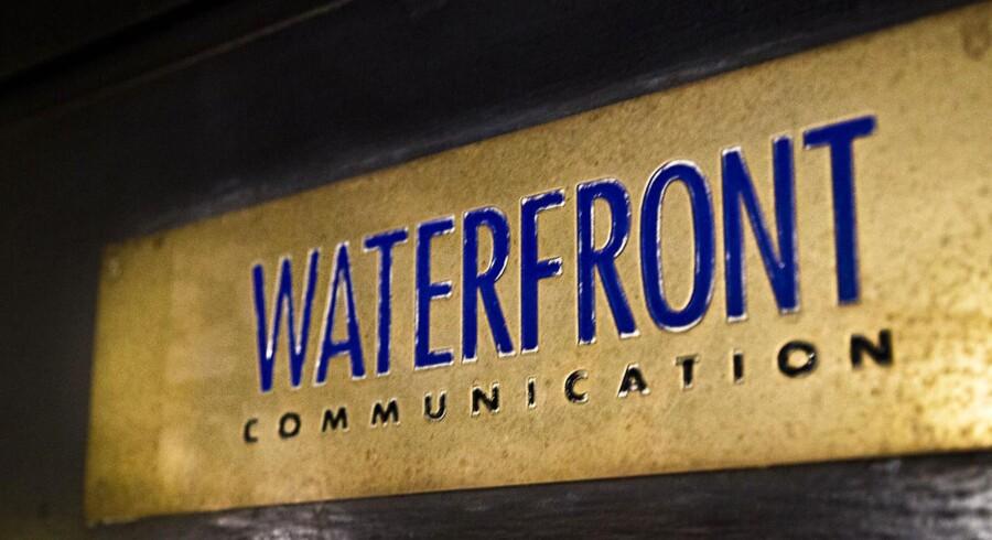 Sagen om Waterfront bøjer i neon, at der er behov for at skabe mere åbenhed om lobby-isters gang på Christiansborg, mener flere politikere. Folketingets formand, Mogens Lykketoft, anerkender problemet og er lydhør over for løsninger.