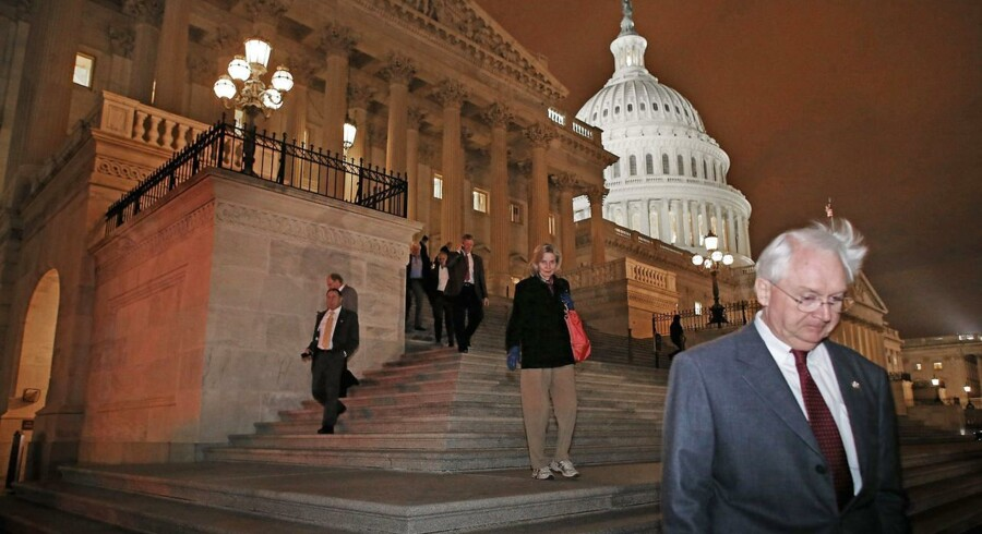 Medlemmer af Repræsentanternes Hus forlader Kongressen i Washington, efter det sent tirsdag aften amerikansk tid lykkedes at vedtage en midlertidig budgetplan, som afværger de skrappeste skattestigninger og udskyder løsningen af de største gældsproblemer.