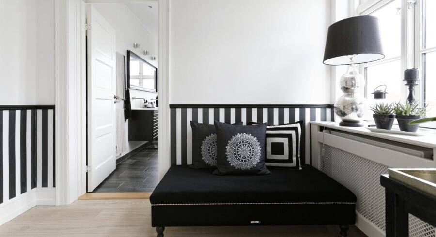 Divan, puder og lampe er Day Birger et Mikkelsen design fra Diva & Design. Det sort-hvide fortsætter ud i badeværelset.