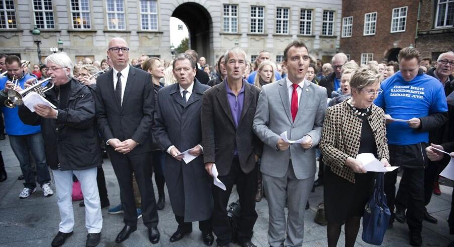 Kulturminister Marianne Jelved synger morgensang sammen med Dario Campeotto og DR Underholdningsorkestret på Folketingets åbningsdag tirsdag morgen d. 7. oktober 2014 foran Christiansborg.