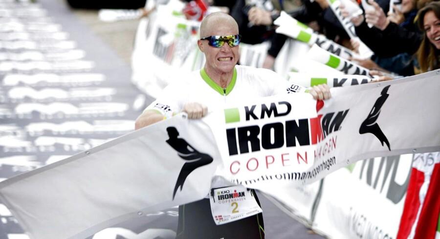 Henrik Hyldelund fra Aarhus 1900 Triathlon kommer i mål som den første med tiden 08:03:39. Omkring 3.000 personer deltager i KMD Ironman Copenhagen, hvor der skal svømmes 3,8 km. i lagunen ved Amager Strand, cykles 180 km. i Nordsjælland og løbes et maraton i Københavns gader med mållinje ved Christiansborg.