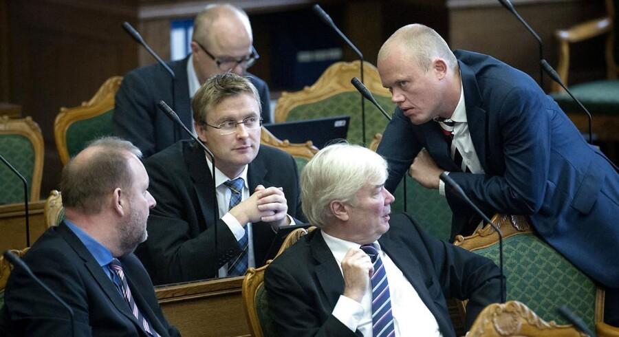 Arkivfoto af Venstre-folkene Peter Christensen (th) i samtale med Venstres Jacob Jensen, forrest til venstre ses Lars Christian Lilleholt og til højre Eyvind Vesselbo.