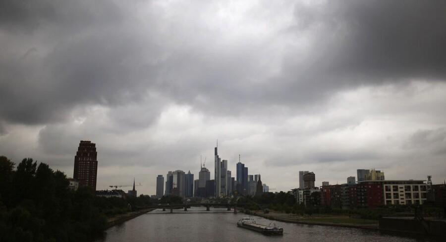 Mørke skyer over Frankfurt med Den europæiske Centralbanks hovedkvarter. For 15. måned i træk holder bankerne i eurozonen igen med udlånene.